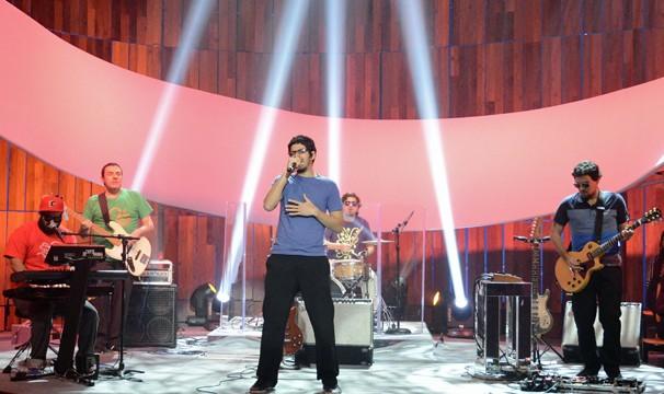 """A banda Mombojó traz influências da batida pernambucana e do rock para as canções """"Carimbador Maluco"""" e """"A Casa/O Pato"""" (Foto: Raphael Dias/Globo)"""