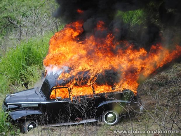 Depois de perseguição, carro de Sílvia cai de barranco e pega fogo (Foto: Joia Rara/TV Globo)