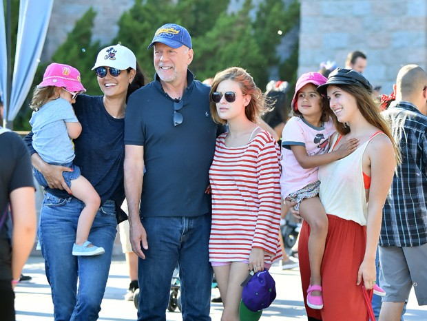Evelyn (no colo de Emma Heming), Bruce Willis, Tallulah Willis e Scout Willis (com Mabel no colo) (Foto: Grosby Group)