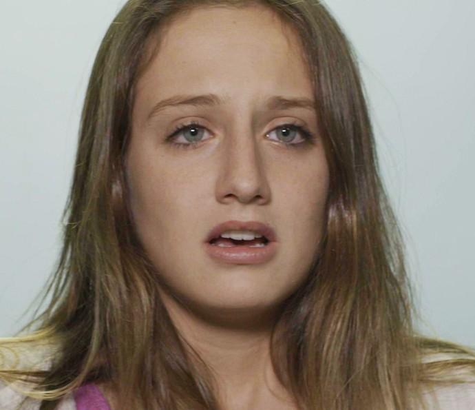 A jovem visita diversos hospitais em busca de notícias sobre seu pai (Foto: TV Globo)