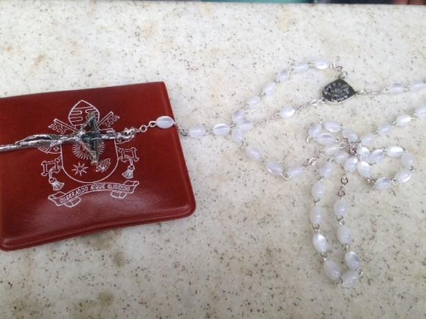Terço dado de presente pelo Papa Francisco a moradores da casa 82 da Rua Carlos Chagas, em Manguinhos (Foto: Perla Rodrigues/G1)