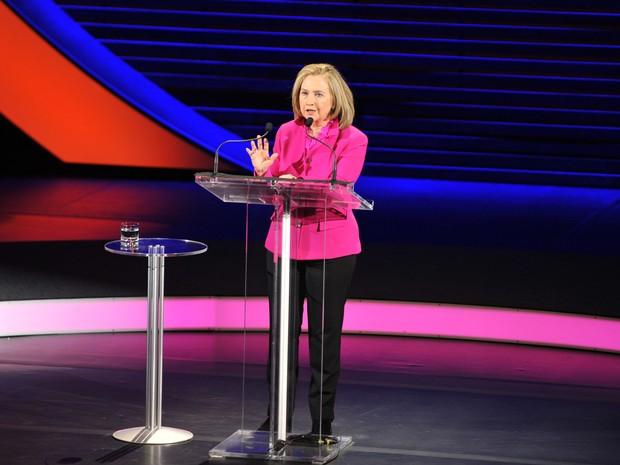 Imagem divulgada pela  organização 'Mulheres no Mundo' mostra a ex-secretária de Estado americana Hillary Clinton na Conferência Mundial das Mulheres realizada nesta sexta-feira (5)na Big Apple (Foto: AP Photo/Women in the World, Marc Bryan-Brown)