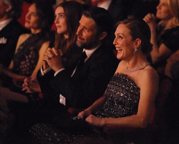Julianne Moore com o marido, Bart Freundlich, e a filha, Liv Freundlich (Foto: Getty Images)