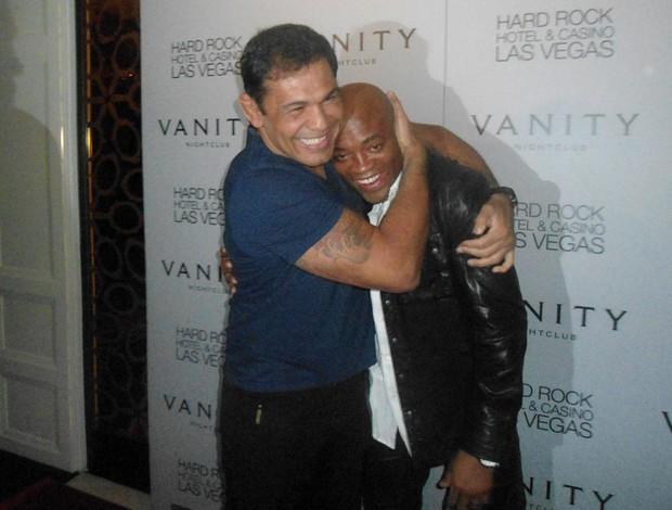 Anderson Silva abraça Rodrigo Minotauro UFC (Foto: Adriano Caldas / Globoesporte.com)