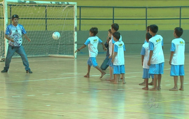 Atividades esportivas da colônia de férias do Peti ocorrem na Vila Olímpica Roberto Marinho (Foto: Roraima TV)