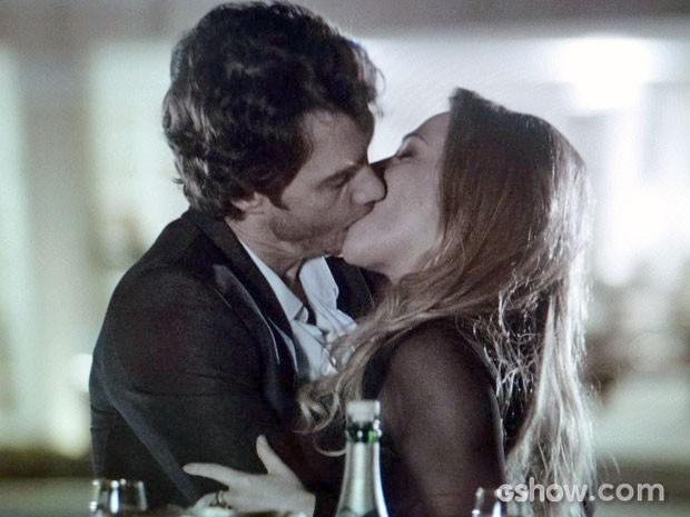 Shirley não é mulher de perder e fisga Laerte dando o maior beijão (Foto: Em Família/TV Globo)
