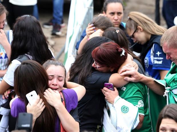 Torcedores apreensivos se reúnem no entorno da Arena Condá, casa da Chapecoense, em Chapecó (SC), à espera de informações (Foto: Paulo Whitaker/Reuters)