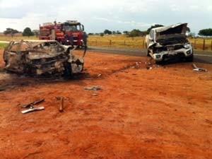 Carro pegou fogo depois de bater contra uma caminhonete (Foto: G1/G1)