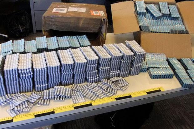 Imagem divulgada pela Interpol de medicamentos falsificados apreendidos durante operação policial (Foto: Divulgação/Interpol)