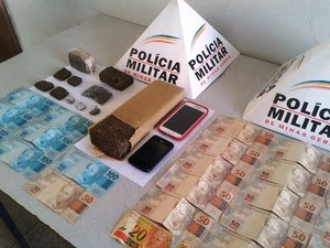 Droga, dinheiro e celulares apreendidos na ocorrência (Foto: PM/Divulgação)