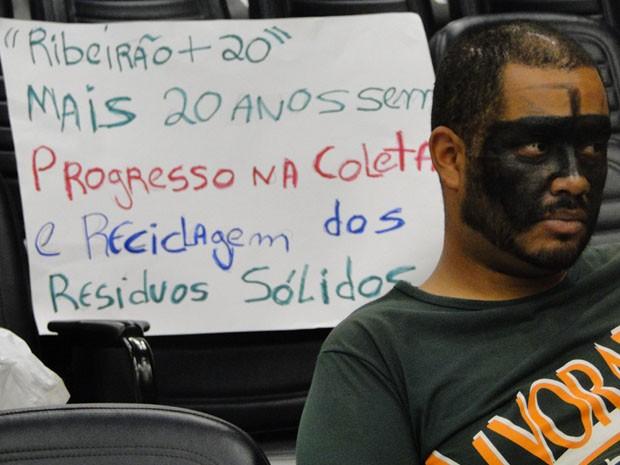 O professor Anderson Lima, de 32 anos, pintou a cara para protestar contra restrições à Lei de Resíduos Sólidos. (Foto: Rodolfo Tiengo/ G1)
