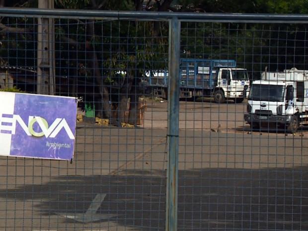 Caminhão de coleta de lixo da Empresa Renova estacionado no pátio em Campinas (Foto: Reprodução EPTV)