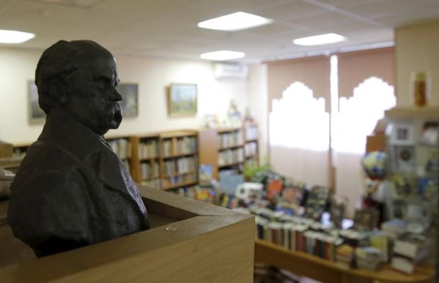 Busto de poeta ucraniano exposto na Biblioteca de Literatura Ucraniana em Moscou (Foto: Maxim Shemetov / Reuters)