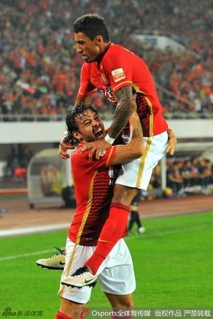 Paulinho comemora com Ricardo Goulart, Guangzhou Evergrande x Guangzhou R&F (Foto: sina.com)