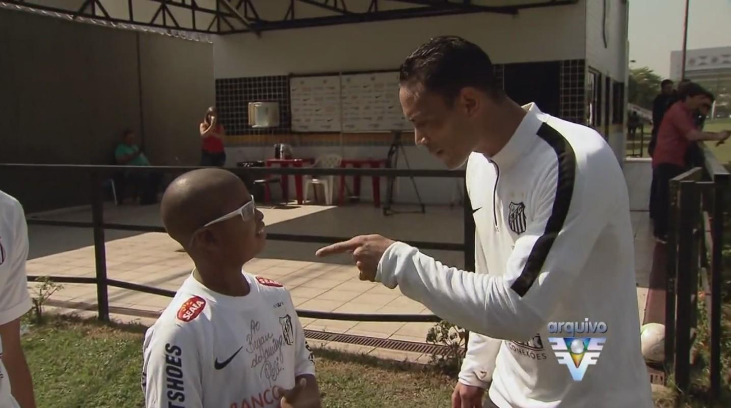Ricardo Oliveira paga promessa feita ao garoto Bryan (Foto: Reprodução/TV Tribuna)
