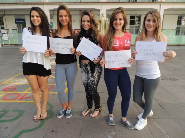 Grupo de jovens aguarda a chegada do Planeta Atlântida (Foto: Rafaella Fraga/G1)