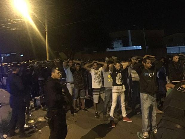 Policiais revistam participantes de festa atrás de drogas e bebidas alcoólicas no DF (Foto: Polícia Militar/Divulgação)