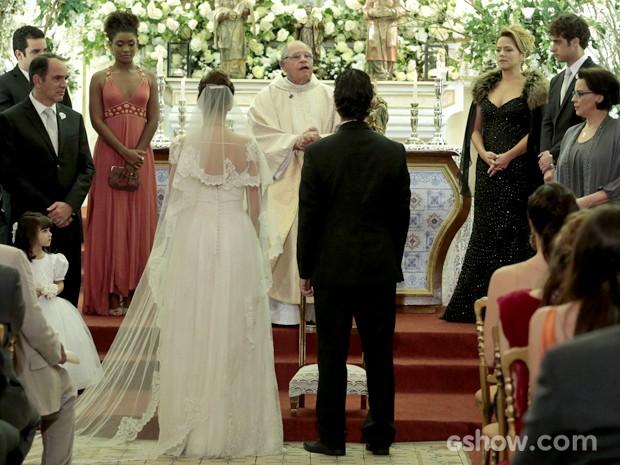 Decote nas costas do vestido de Luiza chamou a atenção do look (Foto: Felipe Monteiro/ TV Globo)