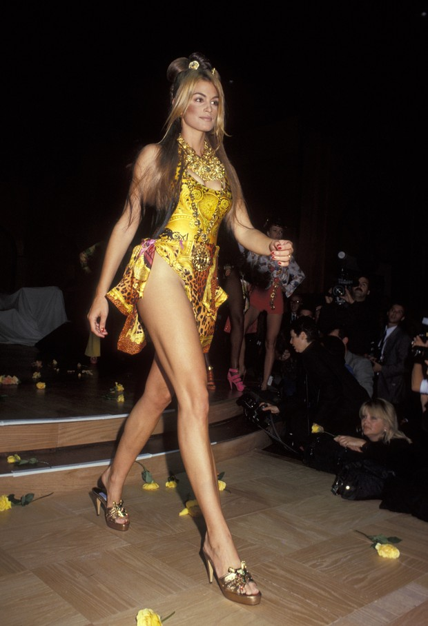 Cindy Crawford em desfile em 1992 (Foto: Getty Images)