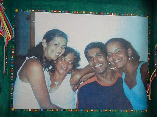 Quadro com foto da família no quarto de Perrone Bahia (Foto: Lílian Marques/ G1)