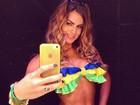 É do Brasil! Renata Molinaro posa de biquíni com as cores da seleção