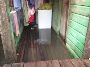 Morador mudou de casa com a família após casa inundada, em Macapá (Foto: John Pacheco/G1)