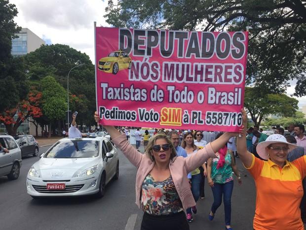 A taxista Rosângela Botelho, que trabalha no aeroporto de Congonhas (SP), durante protesto pela aprovação de projeto de lei que proíbe Uber no Brasil (Foto: Alexandre Bastos/G1)