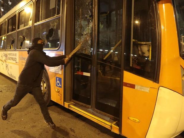 Mascardo depreda ônibus durante protesto em São Paulo (Foto: Fabio Braga/Folhapress)