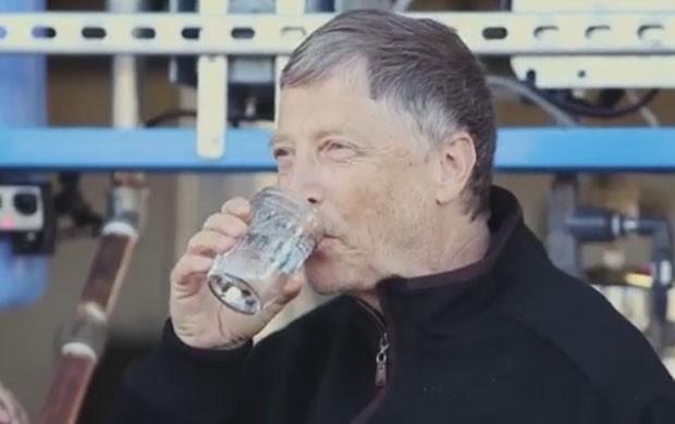 Bill Gates prova água potável resultante de processo de tratamento de fezes humanas (Foto: Reprodução/YouTube/TheGatesnotes)