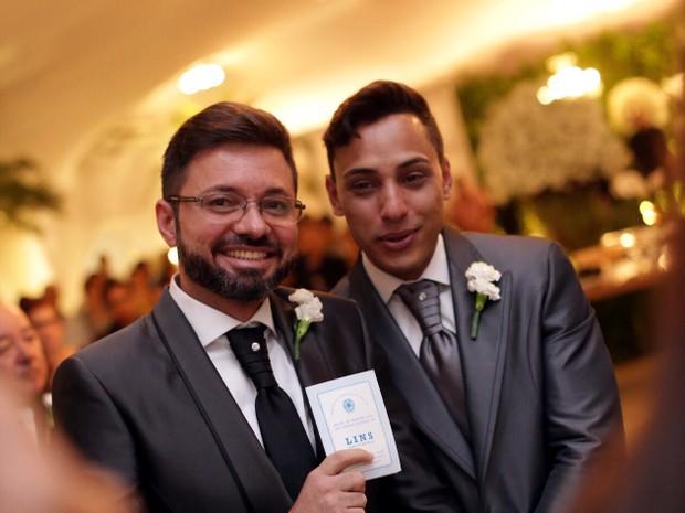 Edgard de Souza (à esq.), prefeito de Lins, acredita ter sido o primeiro chefe do Executivo a oficializar uma união gay (Foto: Uall! Estúdio Fotográfico/ Divulgação)
