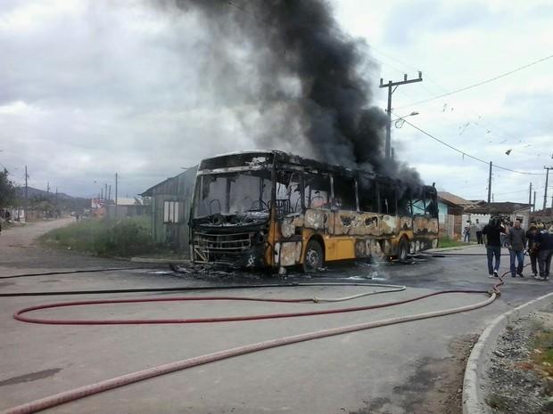 G1 - Ônibus é incendiado em Joinville e chamas danificam parte de ... e6f7bc882796d