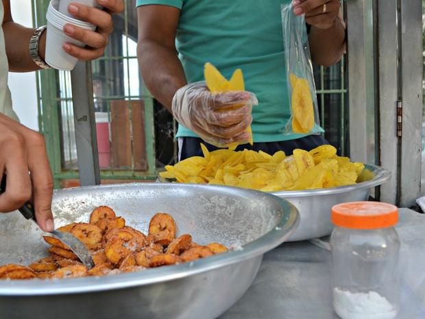 Banana doce é a mais pedida, segundo proprietário, apesar de mais cara os clientes sempre pedem leite condensado (Foto: Quésia Melo/G1)