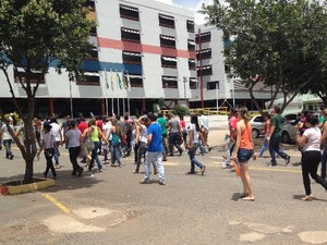 Candidatos chegam para fazer prova para agente da Polícia Civil, em Goiânia, Goiás (Foto: Renata Rocha/ TV Anhanguera)