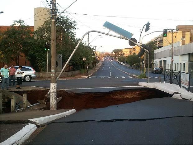 Ponte cede e abre cratera no asfalto da Francisco Junqueira em Ribeirão Preto, SP (Foto: Marina Sola/G1)