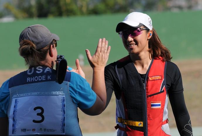 Sutyia Jiewchaloemmit, da Tailândia, e Kimberly Rhode, dos Estados Unidos, na Copa do Mundo de Tiro Esportivo, no Rio (Foto: Rossana Fraga \ Divulgação CBTE)