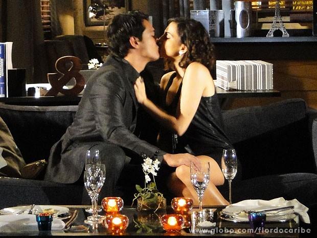 Mila aceita jantar com Hélio e os dois se beijam (Foto: Flor do Caribe / TV Globo)