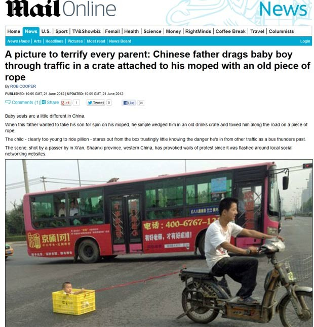 Pai foi flagrado andando de motoneta enquanto puxava o filho dentro de uma caixa de plástico. (Foto: Reprodução/Daily Mail)