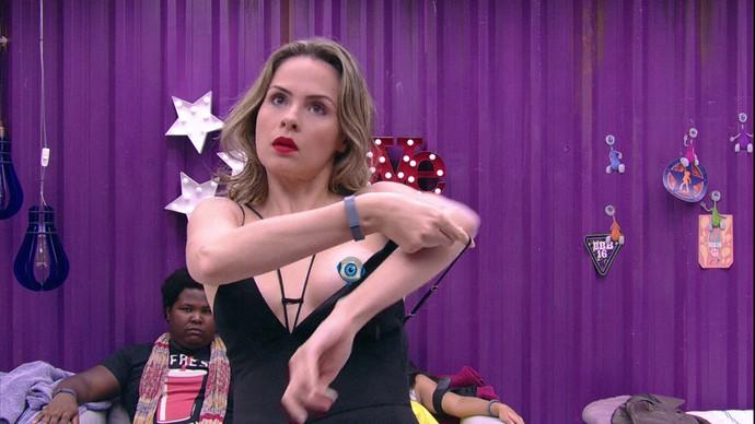 Ana Paula paga peitinho Noite casa 09_02 (Foto: TV Globo)