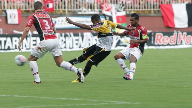 Lins chuta e Diego Jussani tenta bloquear, em Joinville 4 x 3 Criciúma (Foto: Fernando Ribeiro / Criciúma EC)