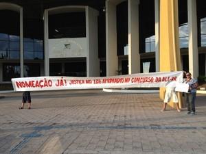 Durante a suspensão do concurso por ordem da Justiça, os aprovados fizeram várias manifestações em frente à Assembleia Legislativa do Estado (Foto: Bruno Perez/G1 RR)