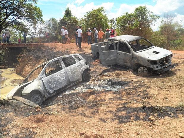 Carros foram incendiados próximos a ponte após fuga de quadrilha (Foto: Rádio Eldorado FM)