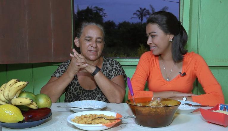 Rosiane Chaga e sua mãe ensinam a fazer um guisado de galinha caipira (Foto: Amazônia Rural)