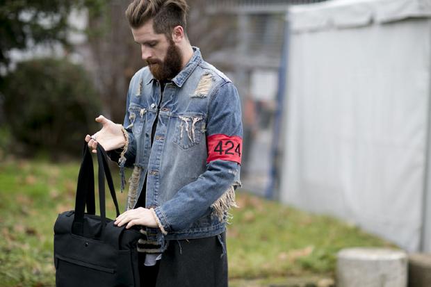 Jaqueta jeans com patches e rasgos (Foto: IMAXTREE)