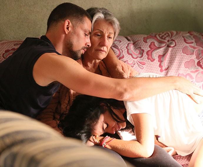 Tóia chora no colo de Djanira (Foto: Isabella Pinheiro/Gshow)