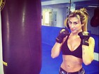 Jaque Khury mostra barriga sequinha antes de aula de luta: 'Brigona'