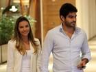 Mariana Rios passeia de mãos dadas com namorado em shopping