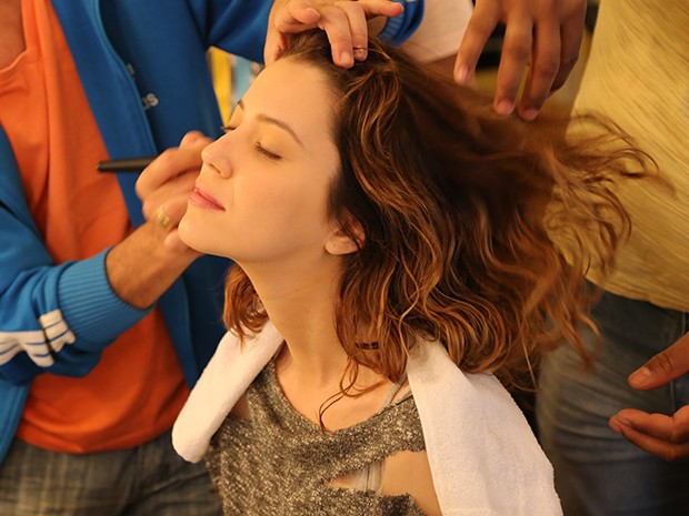 Nathalia Dill faz cabelo e maquiagem para viver Laura (Foto: Maria Clara Lima/Gshow)