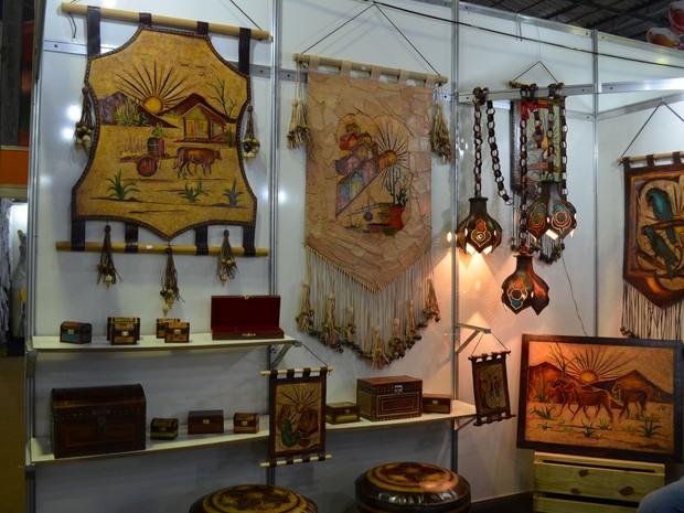 Estandes de peças feitas de couro estão logo no início do Salão de Artesanato (Foto: Krystine Carneiro/G1)
