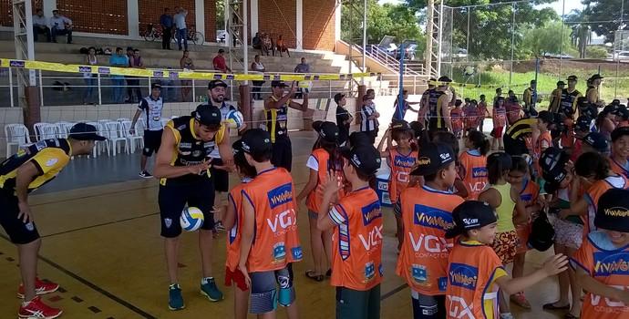 Atletas do Montes Claros Vôlei incentivaram as crianças a praticarem o esporte. (Foto: Valdivan Veloso/globoesporte.com)