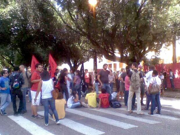 #RevoltadoBusão em frente a Câmara Municipal de Natal (Foto: Fernanda Zauli/G1)